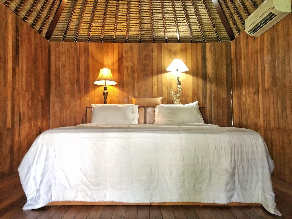 Hostel Recommendation While Travelling to Nusa Lembongan – Sukanusa Luxury Huts Bedroom