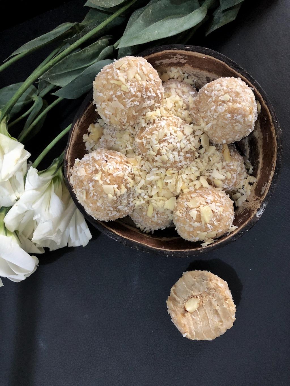 Dessert Homemade Raffaello - Healthy Keto Fat Bombs Low Carb No Sugar Added